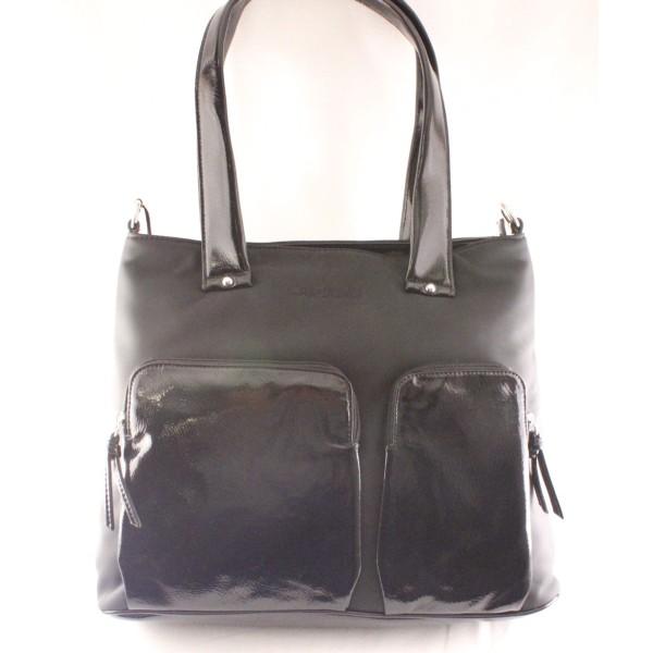 Borsa a spalla Kriziapoi in materiale sintetico di colore nero opaco con tasche esterne in materiale lucido . Prodotto Made in italy